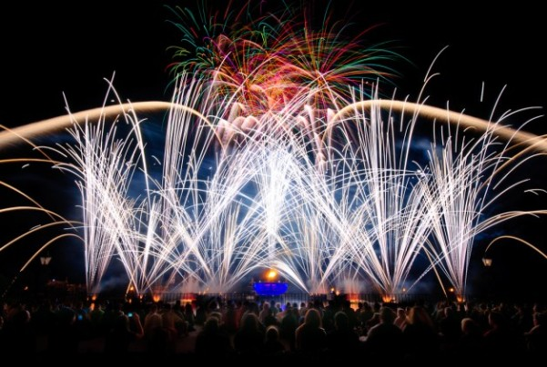 Illuminations-Epcot-Disney-Fireworks-Crowd-628x423